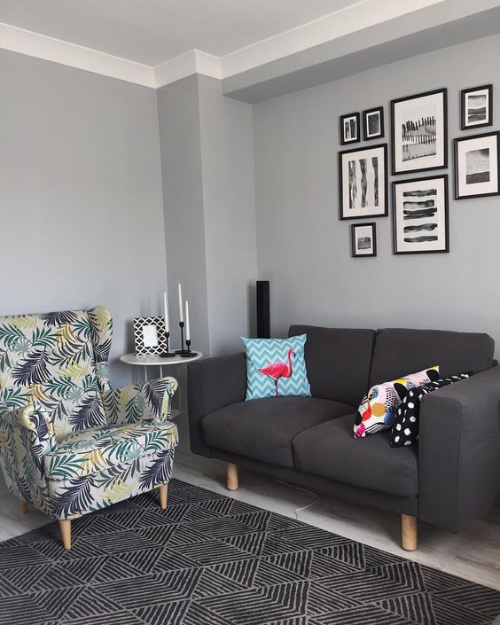 Gray color on the wall combined with a gray sofa