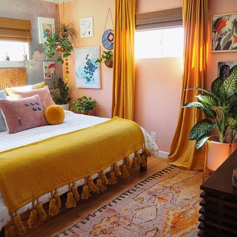 Colors that combine with mustard in the walls and decoration