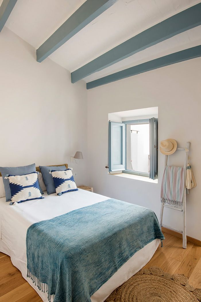 Bedroom painted in bone color combined with blue
