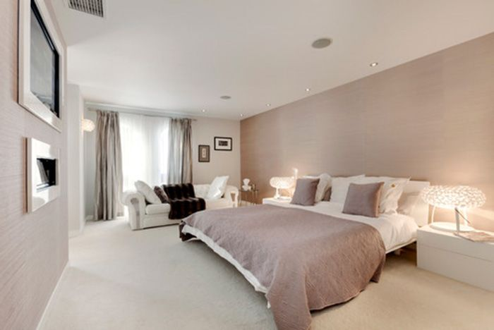 Bedroom in earth tones combined with off-white