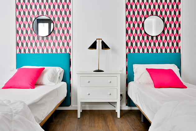 Colors that combine with turquoise in the walls and decoration