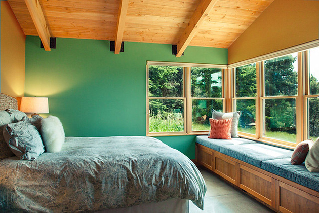 Ocher combined with green paint on the walls and decoration