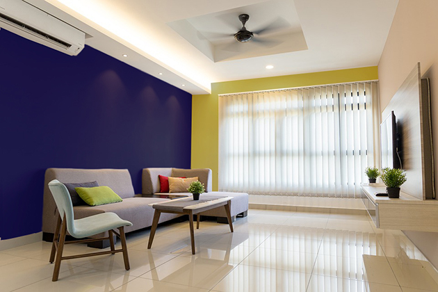 Ocher combined with dark blue paint on the walls and decoration