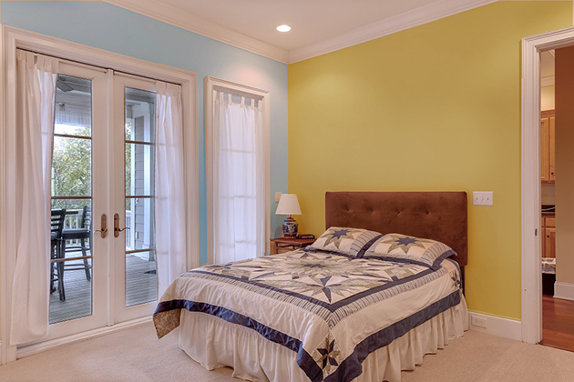 Ocher combined with blue paint on the walls and decoration