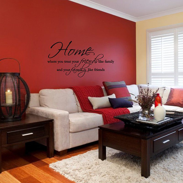 Living room that combines red and beige walls