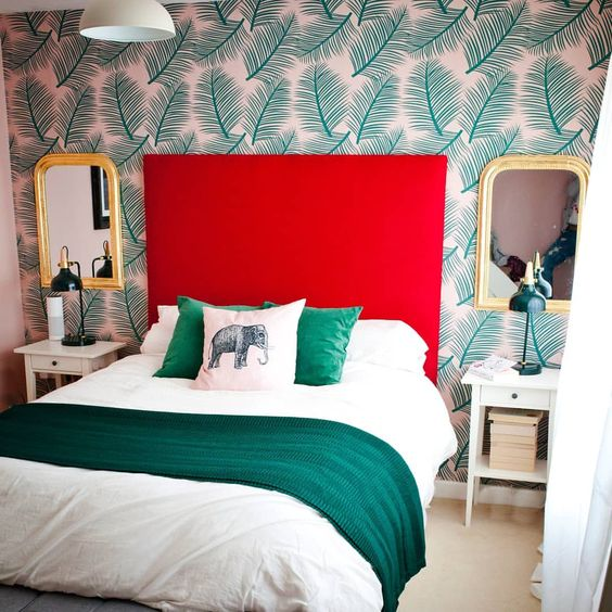 A bedroom that combines red and green
