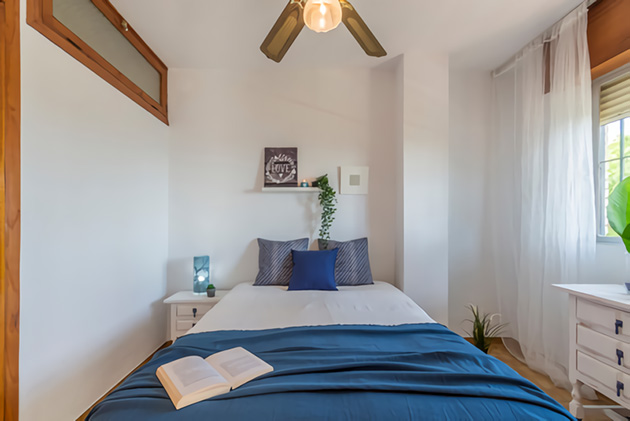 Small room decorated in white and blue
