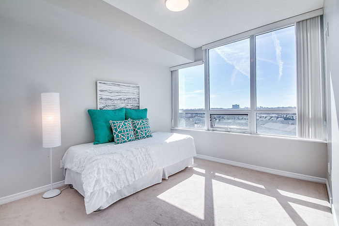 A room that combines gray and turquoise
