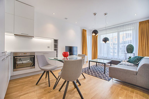 A floor that combines gray and mustard in the decoration