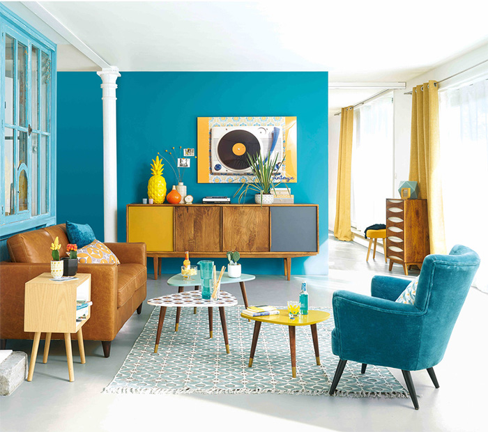 Turquoise living room Maisons du Monde with brown furniture