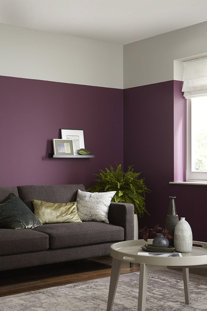 Living room that combines purple with white