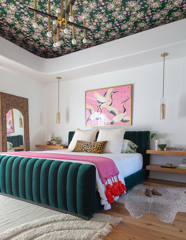 Cheerful and pretty double bedroom in green and pink with wallpaper