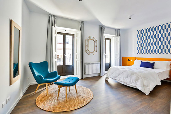 Cheerful and beautiful double room in dark blue and orange