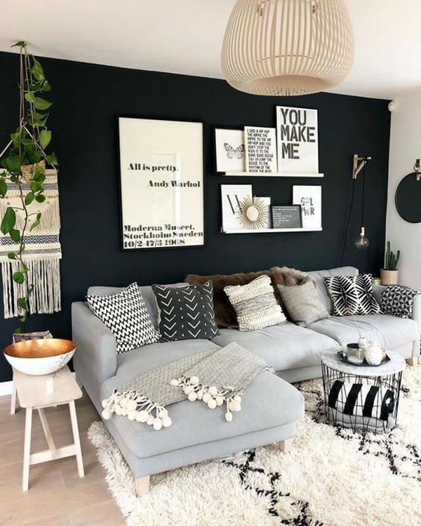 Living room that combines black on the walls and gray on the sofa
