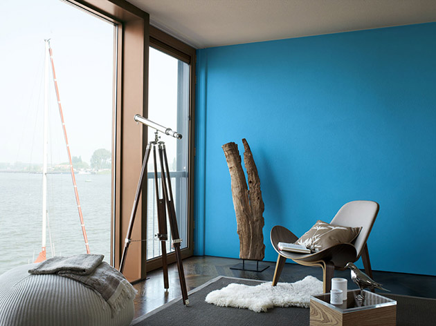 Living room that combines brown and blue walls