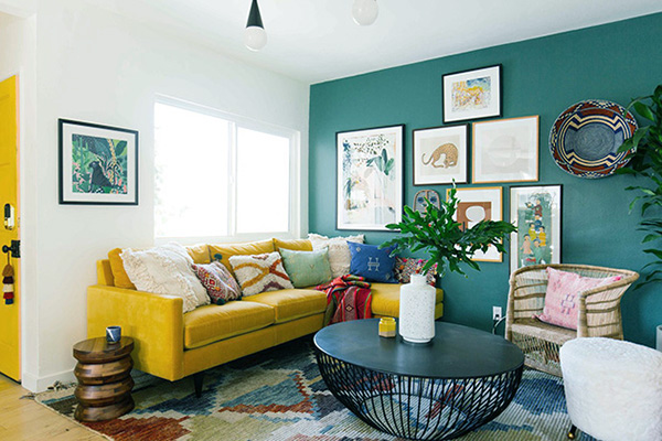 Living room that combines blue with yellow walls
