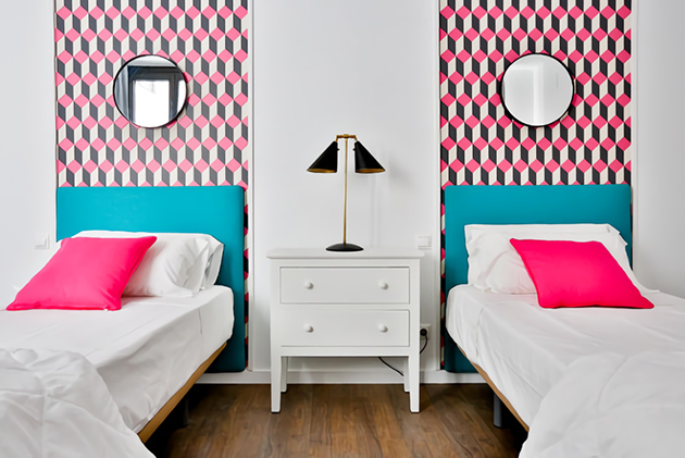 Shared bedroom that combines pink and turquoise