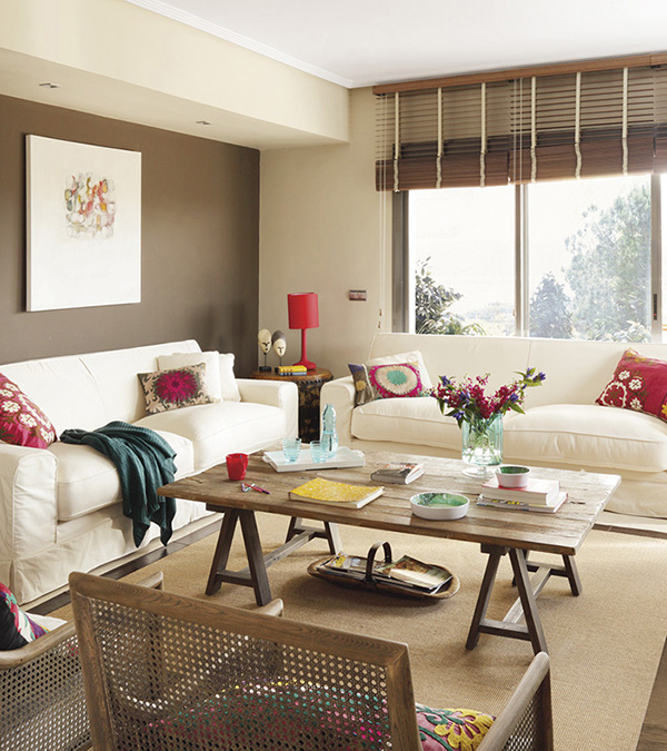 A living room that combines brown with touches of fuchsia