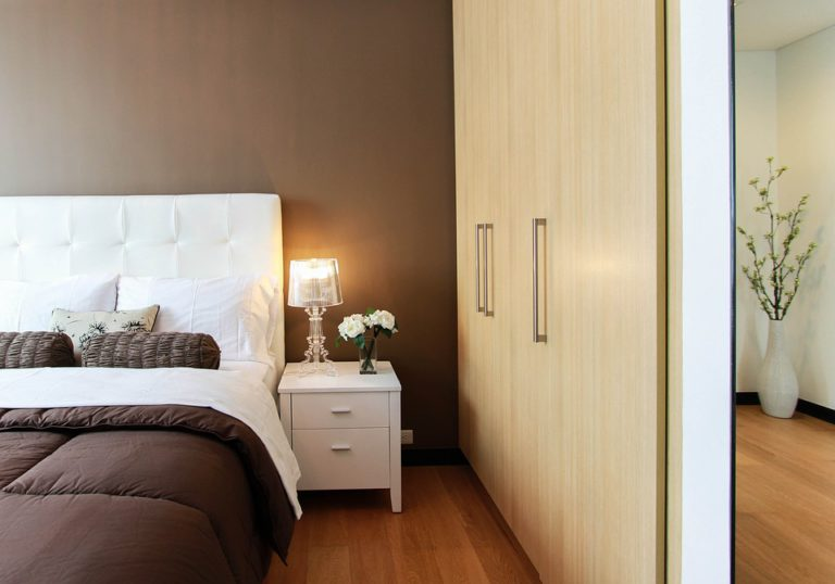A bedroom that combines brown walls with wood