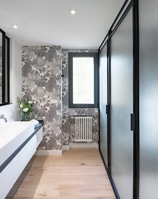 Bathroom decorated with wallpaper