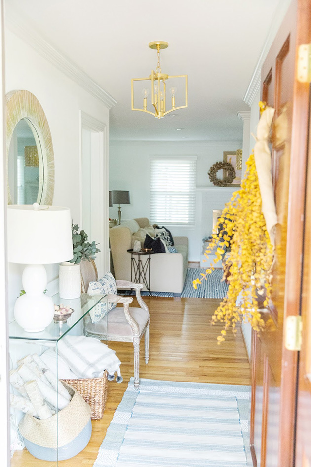 Modern hall, entrance or entrance with glass console