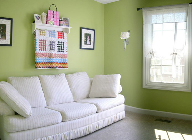 Living room that combines green and white walls