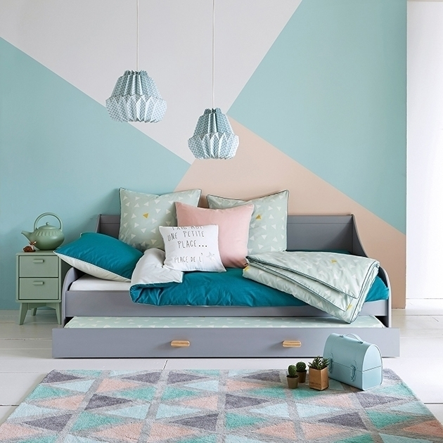 The colors that best combine with mint green in the walls and decoration